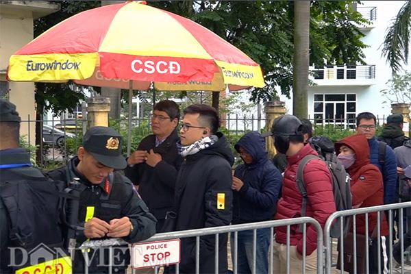 Từ 7h sáng 13.12, hàng dài người đã xếp hàng trước cửa Liên đoàn Bóng đá Việt Nam để đợi nhận vé xem trận chung kết lượt về giữa Việt Nam và Malaysia.