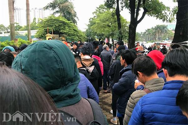 Tới 9h sáng, VFF bắt đầu mở cửa tiếp nhận người tới lấy vé. Lúc này, đã có hàng trăm người đứng xếp thành hàng dài.