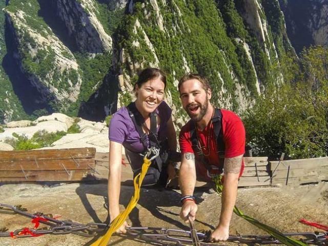 Thót tim đi trên con đường cheo leo bám vào sườn núi