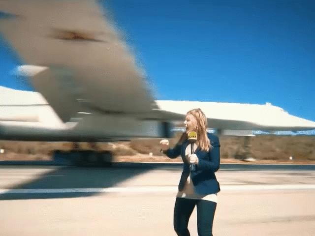 Nữ phóng viên liều lĩnh đứng ngay dưới oanh tạc cơ Tu-160 đang hạ cánh