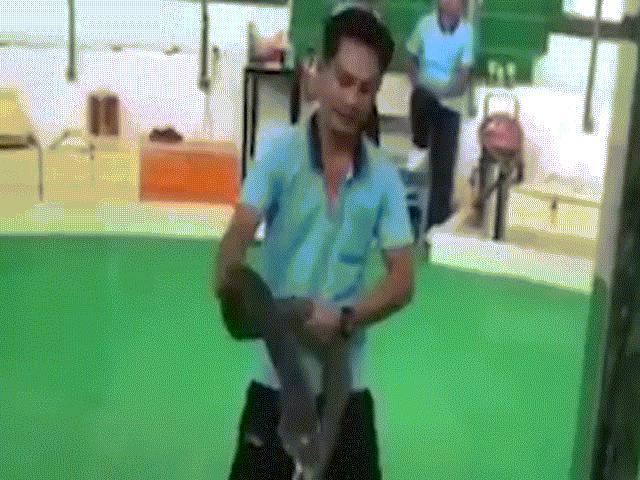 Thái Lan: Biểu diễn hổ mang chúa khổng lồ, bất ngờ lãnh cú cắn tử thần
