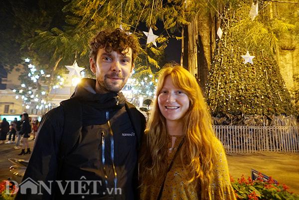 Anh Romuald và bạn gái chia sẻ, ở Pháp thì Giáng sinh là dịp để cả gia đình quây quần bên nhau, còn ở Hà Nội thì toàn các bạn trẻ đi nhà thờ và chụp ảnh lưu niệm rất nhiều.