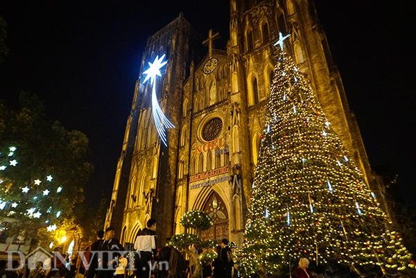 Trước lễ Giáng sinh, nhiều nhà thờ ở Hà Nội đã trang hoàng lộng lẫy, thu hút người dân và khách du lịch.