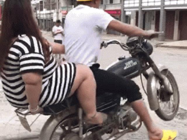 """Video: Phì cười cảnh lái xe gầy chở bạn gái """"quá béo"""" ngã ngửa ra sau"""