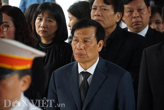 Bộ trưởng VHTTDL Nguyễn Ngọc Thiện dẫn đầu đoàn cán bộ, bước vào viếng NSND Nguyễn Anh Tú.