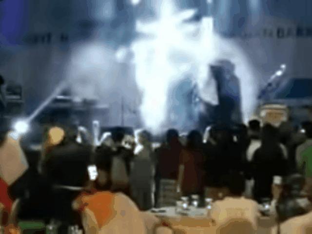 """Sóng thần """"nuốt chửng"""" cả ban nhạc: MC thoát chết kể lại phút kinh hoàng"""