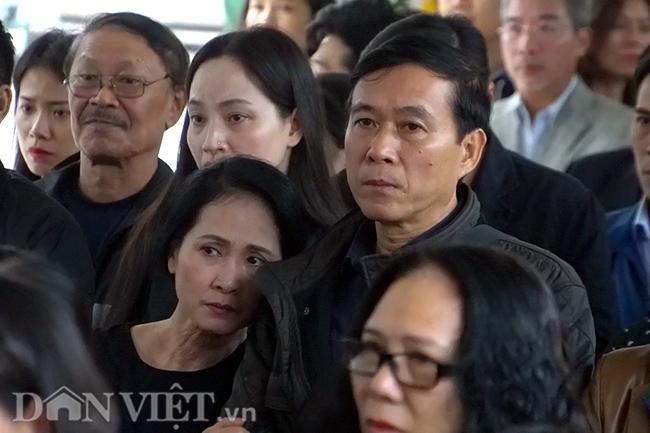 Đông đảo các nghệ sĩ, cán bộ nhà hát kịch Việt Nam có mặt để tiễn đưa cố giám đốc về nơi an nghỉ cuối cùng.