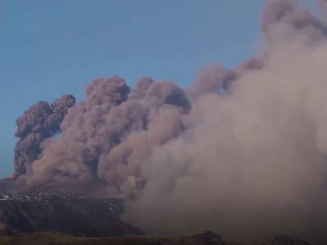 Núi lửa cao hơn 3.000m phun tro bụi dày đặc phủ kín bầu trời