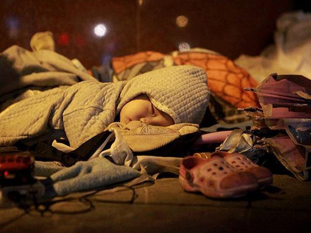 Ngủ trên vỉa hè giá lạnh, người vô gia cư co ro chống chọi với cái rét khốc liệt