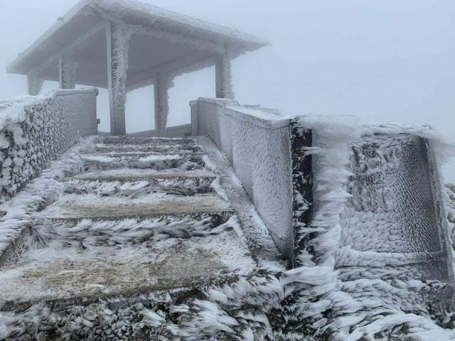 Nhiệt độ miền Bắc giảm kỷ lục, băng giá phủ trắng nhiều nơi