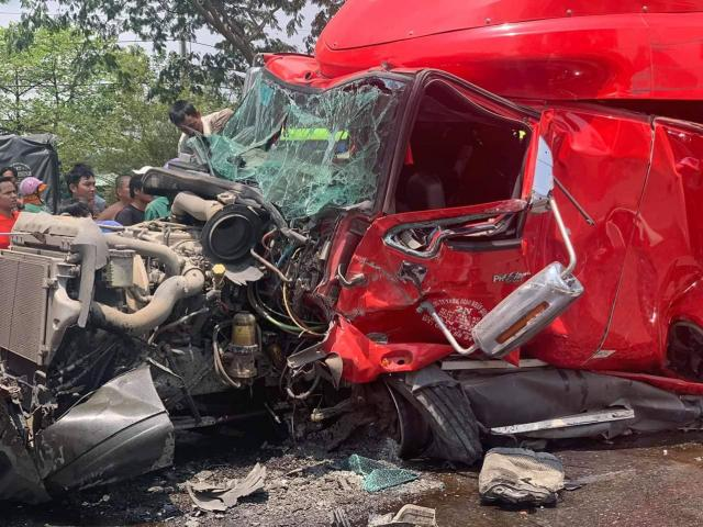 Cuộn thép nặng cả chục tấn bị đứt xích đè nát cabin xe đầu kéo, tài xế tử vong