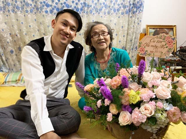 """Nhận quà 20/10 """"siêu to"""", mẹ Hoài Linh nói một câu khiến ai cũng """"ngã ngửa"""""""