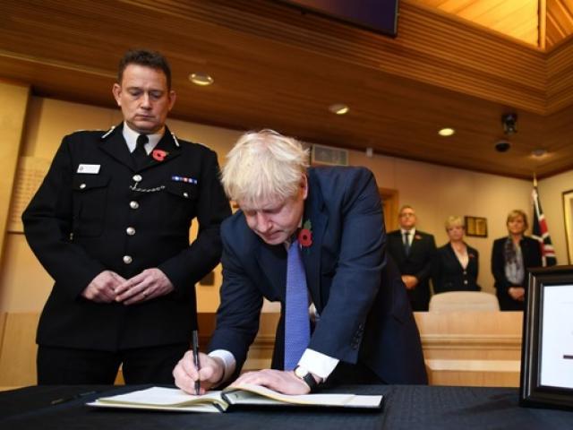 Thủ tướng Anh viết gì trong sổ chia buồn 39 nạn nhân thiệt mạng trên xe container?