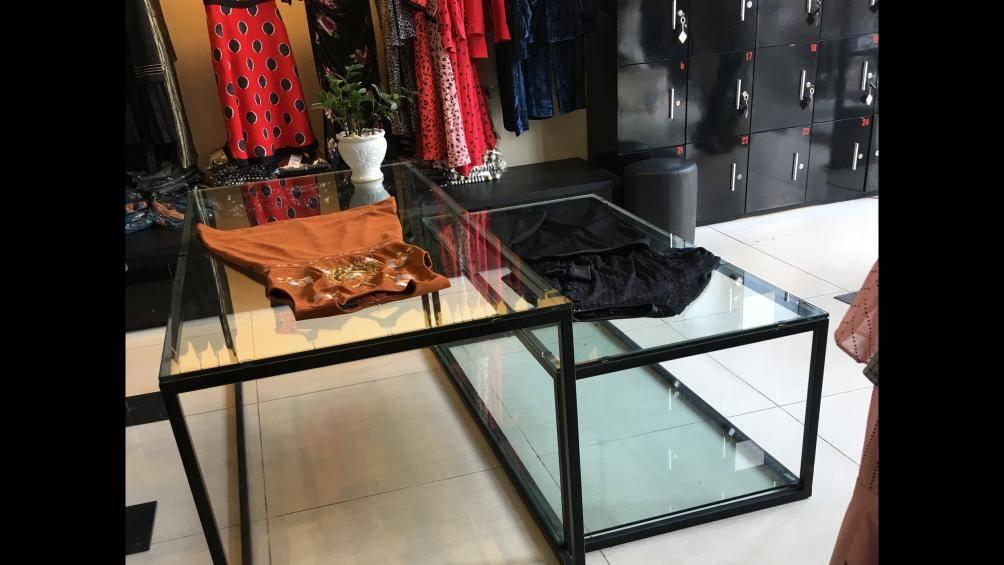 Nơi bày bán phụ kiện của SEVEN.am giờ được thay thế bằng một số mẫu váy.