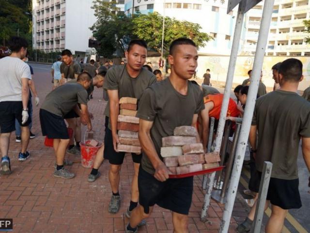 Lính Trung Quốc bất ngờ xuất hiện trên đường phố Hong Kong, hành động khác thường