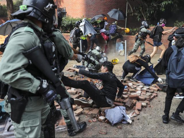 Hong Kong: Cảnh sát tiến vào nơi người biểu tình cố thủ, bắt giữ hơn 400 người