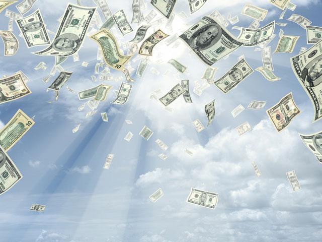 """Nhiều tiền để làm gì? Tỷ phú rải """"mưa tiền"""" từ mái nhà để """"truyền cảm hứng"""""""