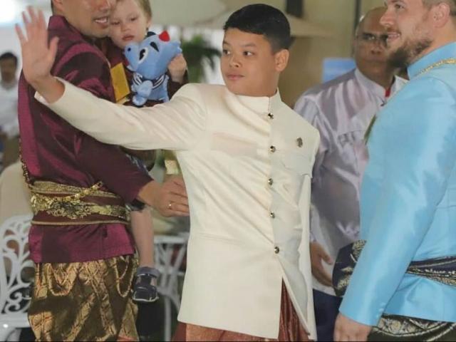 """Vì sao con trai """"duy nhất"""" của vua Thái Lan không được gặp mẹ?"""