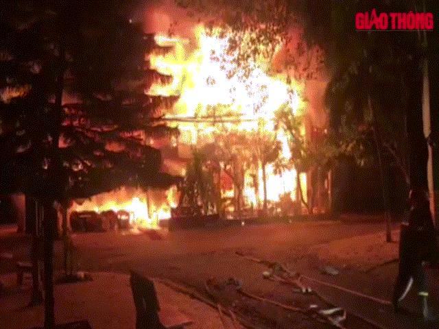 Cháy lớn tại nhà hàng, nhân viên tán loạn bỏ chạy thoát thân