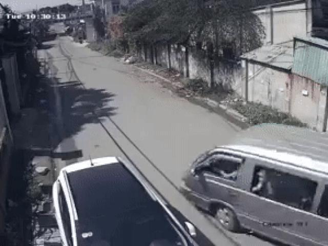 """Xác minh clip ô tô đưa đón """"đánh rơi"""" 3 học sinh một cách khó tin"""