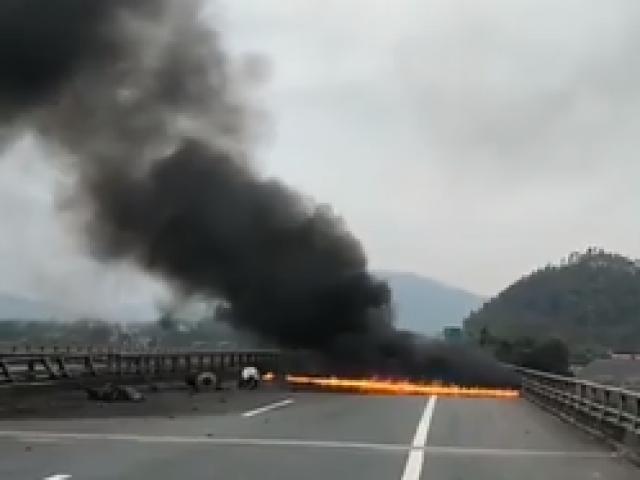 Xe container đâm vào dải phân cách trên cao tốc rồi bốc cháy dữ dội