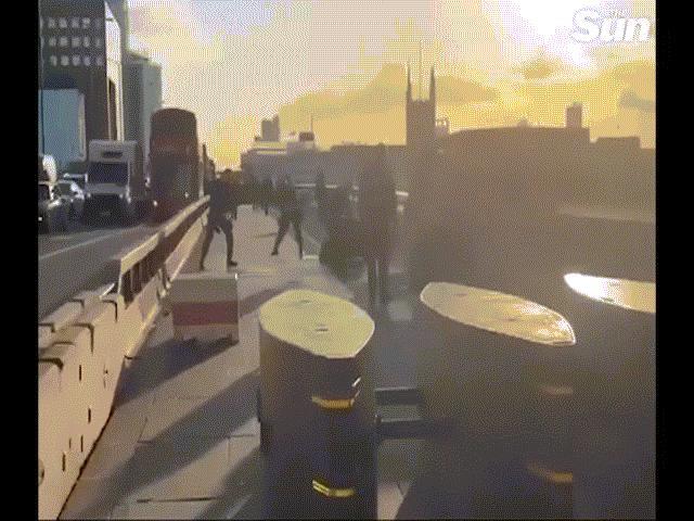 Video: Kịch tính màn bắn chết nghi phạm đâm dao nhiều người ở cầu London