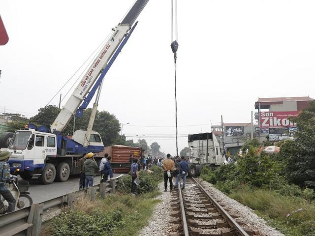 Băng qua đường sắt, xe container bị tàu hỏa tông đứt đôi