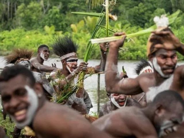 Chuyện về bộ lạc ăn thịt người giết chết người thừa kế gia tộc giàu bậc nhất thế giới