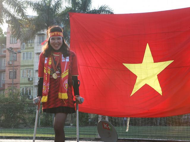 """Hoa khôi """"vầng trăng khuyết"""" và CĐV đặc biệt cuồng nhiệt cổ vũ U22 Việt Nam ở quê nhà"""