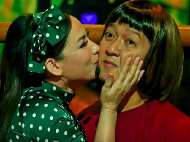 """Trường Giang """"tái mặt"""" khi bịPhi Nhung ôm hôn trước hàng nghìn khán giả ở Mỹ"""
