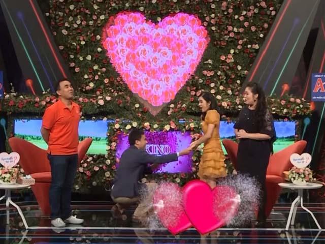Cô gái răng khểnh đàn hát tỏ tình, trai đẹp cầu hôn luôn trên sân khấu