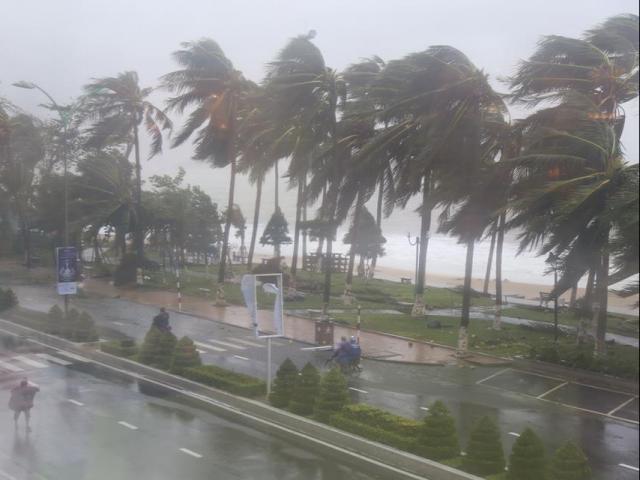 Bão Phanfone giật cấp 14 chính thức vào Biển Đông trở thành bão số 8