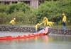 Lắp đặt hàng chục tấm màng ngăn dầu trước nhà máy nước sông Đà