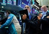 Chứng khoán Mỹ trượt nhẹ, Dow Jones mất 100 điểm