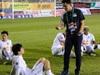 CLIP: HLV Kiatisuk xoa đầu Công Phượng sau khi giành chiến thắng trước CLB Hà Nội