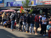 Ảnh: Người dân đội nắng xếp hàng dài cả cây số mua vé xem Công Phượng và Quang Hải thi đấu