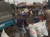 Clip: Xe tải bị lật, hàng trăm con cá rô phi tràn ra đường và hành động đầy yêu thương của người dân sau đó