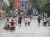 Cảnh người dân vùng lũ Quảng Bình lội nước, chèo thuyền đi mua thực phẩm