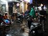Hà Nội: Lau bugi xe sau cơn mưa lớn kiếm bộn tiền