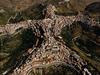 Kỳ lạ ngôi làng có hình dáng con người nằm trên đỉnh núi