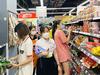 Ảnh: Siêu thị đông người mua sắm, chợ truyền thống vắng vẻ những ngày giãn cách xã hội