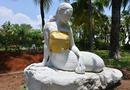 Một công viên ở Indonesia quyết định che ngực trần của những bức tượng Nàng tiên cá