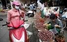 """Ảnh: Người Hà Nội dậy sớm, tất bật đi chợ ăn Tết """"giết sâu bọ"""""""