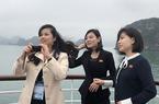 Nữ ca sĩ Triều Tiên duyên dáng xinh đẹp chụp ảnh ở vịnh Hạ Long