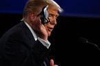 Vừa xuất viện, Trump đối diện với chỉ trích của Biden và hàng loạt tin xấu