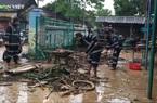 Sau lũ, lực lượng công an Ba Đồn nhanh chóng hỗ trợ người dân dọn dẹp vệ sinh môi trường