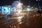 """Bình Định: Lũ về bất ngờ lúc nửa đêm, đường phố """"biến"""" thành sông"""