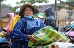 """Người dân vùng lũ Quảng Trị đội mưa xối xả nhận """"cần câu cơm"""""""