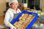 Cần Thơ: Đem 30.000 trái chuối xiêm bao cơm nếp rồi nướng lên thơm phức bán sang Đức và Úc
