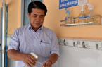 Người thầy Hiệu trưởng vùng sâu mang nước rửa tay, khẩu trang đến tận nhà cho học sinh